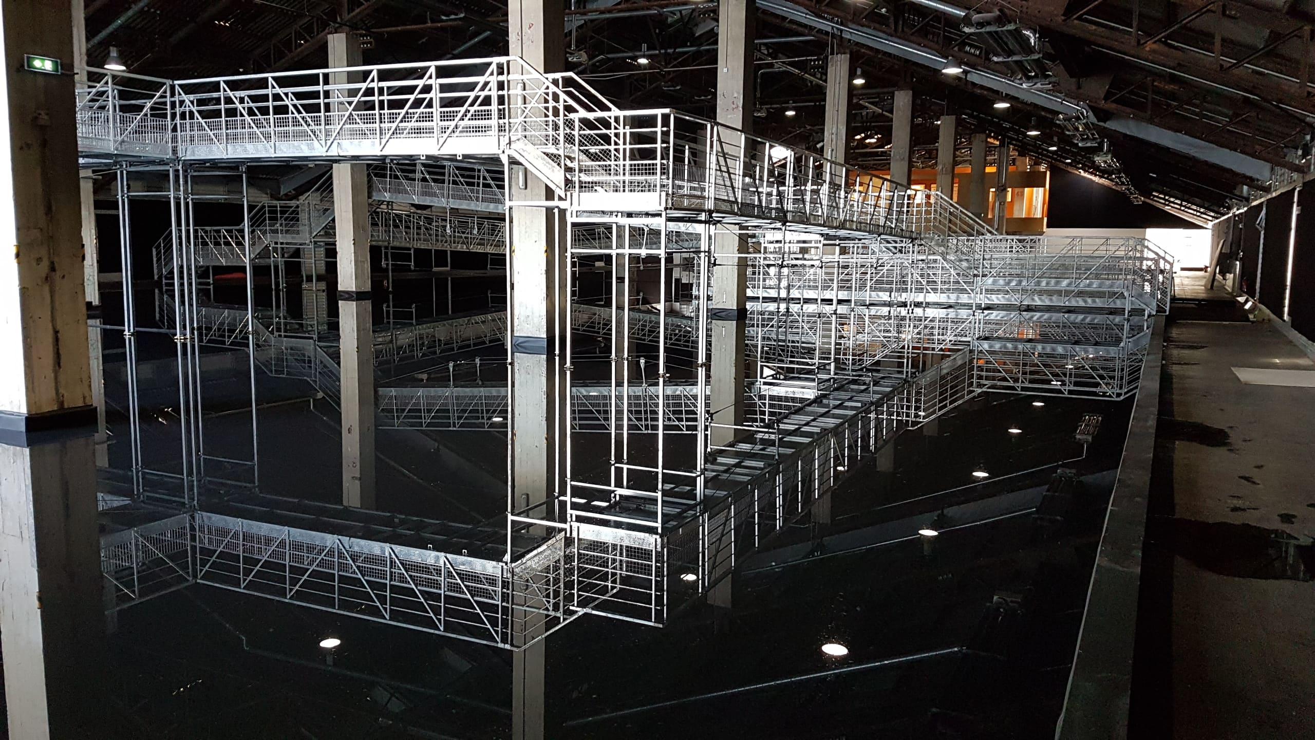 Exposition JR Hangar J1 Marseille - Passerelles avec reflets